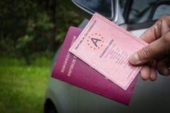 Chauffören visar att hans chaufför licenserar och passet royaltyfri bild