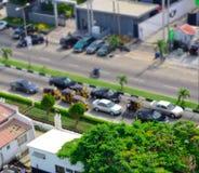 Chaufförer av gula tuktuks ply deras handel runt om hamnstaden Arkivbild