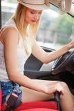 Chaufförhand som skiftar växelspaken Fotografering för Bildbyråer