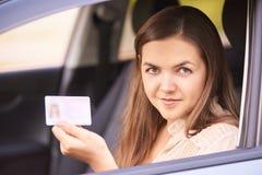 Chaufförkursstudent Lyckligt buskörningfolk Person i bil royaltyfria foton