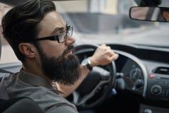 Chaufförman som betalar uppmärksamhet till vägen royaltyfria foton