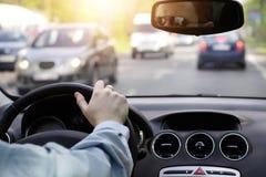 Chaufförväntningarna i en stor trafikstockning royaltyfri fotografi
