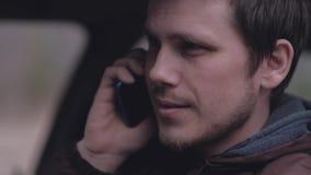 Chauff?r som talar p? telefonen i bilen