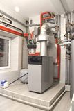 Chauffage de la maison avec un grand nombre de tuyaux d'acier, d'indicateurs de pression et de tuyaux en métal, foyer sélectif Ch photo libre de droits