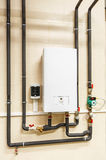 Chauffe-eau, pompe et canalisations électriques de ménage images libres de droits