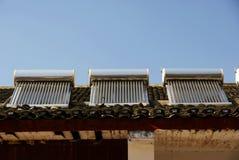 Chauffe-eau solaire sur le toit Photographie stock libre de droits