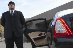 Chauffeur ждать автомобилем Стоковое Фото