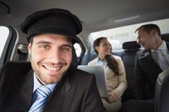 Chauffeur beau souriant à l'appareil-photo photographie stock libre de droits