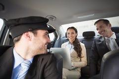 Chauffeur beau souriant aux clients photo stock
