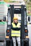 Chauffeur de camion femelle de chariot élévateur en dehors d'un entrepôt Photographie stock