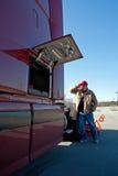 Chauffeur de camion mâle nécessitant l'aide par l'intermédiaire du téléphone portable Photographie stock libre de droits