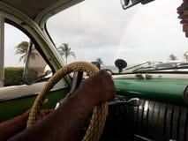 Chauffeur de taxi dans la La Cuba de habana et le miroir photographie stock