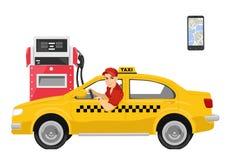 Chauffeur de taxi heureux s'asseyant dans sa voiture à côté de la station service Images libres de droits