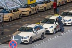 Chauffeur de taxi parlant à un autre conducteur dans la ruelle de taxi à l'aéroport de Berlin Tegel Photo stock