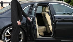 Free Chauffeur Opening Car Door Stock Photography - 142567092