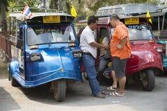 Chauffeurs de taxi de Tuk Tuk avec leurs machines Photos stock