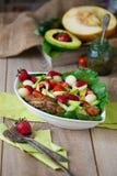 Chauffez la salade de poulet grillée avec des légumes et des fruits Photographie stock libre de droits