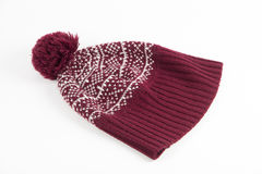 Chauffez le chapeau rouge d'hiver avec le modèle d'hiver et le pompon sur le dos de blanc images libres de droits