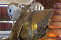 Chauk Htat Gyi stützender Buddha - Rangun - Myanmar Stockfotos