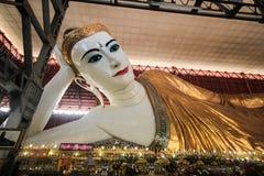 Chauk htatgyi som vilar buddha Arkivfoton