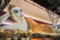 Chauk htatgyi som vilar buddha Royaltyfria Bilder
