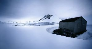 Chałupa w zima krajobrazie Zdjęcie Royalty Free