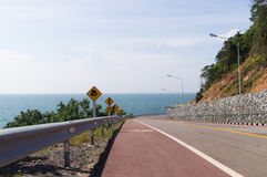 Chaussée avec la scène de bord de la mer Photographie stock libre de droits