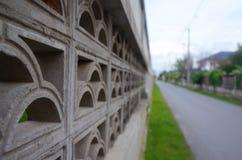 Chaussée concrète de bord de mur photo stock