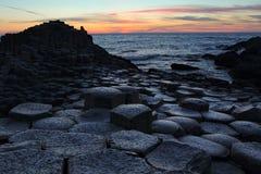 Chaussée géante dans le comté d'Antrim au coucher du soleil images stock