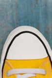 chaussette d'espadrille d'etro, plan rapproché, sur un fond en bois bleu Photos libres de droits