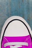 chaussette d'espadrille d'etro, plan rapproché, sur un fond en bois bleu Image libre de droits