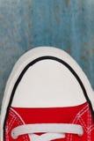chaussette d'espadrille d'etro, plan rapproché, sur un fond en bois bleu Images libres de droits