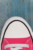 chaussette d'espadrille d'etro, plan rapproché, sur un fond en bois bleu Photographie stock