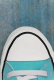 chaussette d'espadrille d'etro, plan rapproché, sur un fond en bois bleu Photo stock