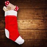 Chaussette de Noël avec des cadeaux Photos stock