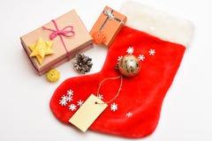 Chaussette de suffisance avec des cadeaux ou des présents Contenu du bas de Noël Célébration de Noël Petits articles stockant des photographie stock libre de droits