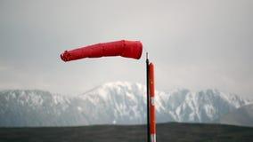 Chaussette de vent rouge sur Windy Sunny Day banque de vidéos
