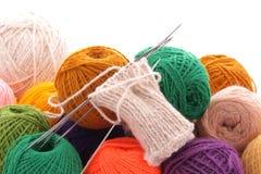 Chaussette et boules de laine pas complètement tricotées Photo stock