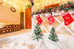 Chaussette et décoration de Noël sur le bois sur la terrasse lumineuse avec des guirlandes photos stock