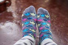 Chaussettes avec de petites voitures colorées Photos libres de droits