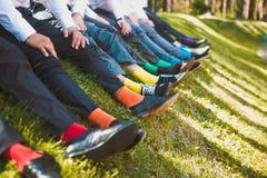 Chaussettes colorées des garçons d'honneur photo libre de droits