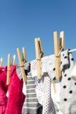 Chaussettes colorées traînées pour sécher image libre de droits