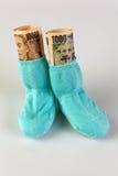 Chaussettes d'enfants avec des billets de banque de Yens Image stock