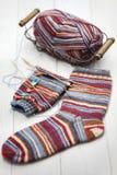Chaussettes d'hiver, boule de fil et aiguilles de tricotage chaudes de tricotage Images libres de droits