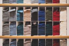 Chaussettes dans un magasin d'habillement photo stock