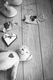 Chaussettes de bébé sur la corde à linge, le coeur de pain d'épice et l'ours Photo libre de droits