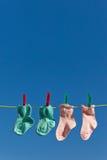 Chaussettes de chéri sur la ligne de blanchisserie à sécher photographie stock libre de droits