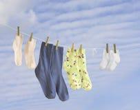 Chaussettes de famille pesant sur une chaîne de caractères photo libre de droits