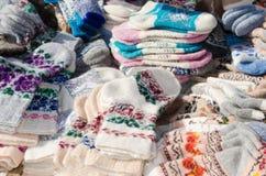 Chaussettes de laine de variété sur le marché de Noël Image libre de droits