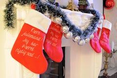 Chaussettes de Noël à une cheminée Photographie stock libre de droits